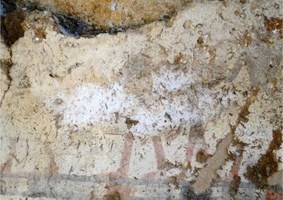 """La capilla fue descubierta durante la campaña arqueológica de 2009, en la falda de la colina de Dra Abu el-Naga, a una altura que corresponde con el tercer nivel o piso justo por encima de la tumba-capilla de Hery (TT 11; ubicada a los pies de la colina, en el primer nivel). Accedimos a su interior a través de un gran agujero en el techo que se formó tras ceder el dintel de la entrada. Todavía no está del todo clara la planta completa de la capilla, pues ésta fue posteriormente reutilizada y su estructura alterada en el siglo II a. C., y queda todavía por excavar una sala contigua que está llena casi hasta el techo de tierra y derrubio de la colina. La sala que sí hemos excavado y que ahora está visible tiene unas dimensiones de 2,00 x 2,40 m y una altura de 1,60 m aproximádamente. Las paredes conservan la decoración pintada de la mitad inferior, desde el suelo hasta una altura de unos 0,80 m. Gracias a la inscripción que acompaña a una escena de manipulación de telares y elaboración de telas, sabemos que la capilla perteneció a un """"supervisor de tejedores"""" llamado Ramose, que debió vivir probablemente bajo el reinado de Ramsés II, ca. 1200 a. C. Limpieza y consolidación de las pinturas de la capilla ramésida Limpieza y consolidación de las pinturas de la capilla ramésida Limpieza y consolidación de las pinturas de la capilla ramésida Mientras que a los pies de la colina la buena calidad de la roca caliza permitió a Hery tallar en relieve la decoración de las paredes interiores de su monumento funerario, a la altura del tercer nivel la roca es poco compacta y está totalmente meteorizada, lo que imposibilita la decoración en relieve y obliga a que ésta sea pintada. La pintura está realizada sobre una capa gruesa de preparación, compuesta por dos estratos. El primer estrato, el que contacta con la roca, es grueso, tosco y oscuro, de entre 3 y 4 cm de espesor, y está compuesto básicamente por barro y abundantes fibras vegetales (paja). Su utilidad es dar consistencia a"""