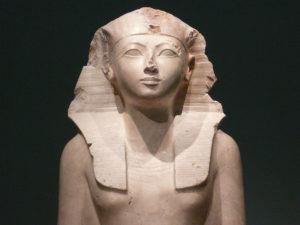 Estatua de Hatshepsut, hoy en el museo Metropolitan de Nueva York