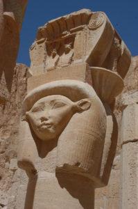 Capitel con forma de la diosa Hathor, con rasgos de vaca