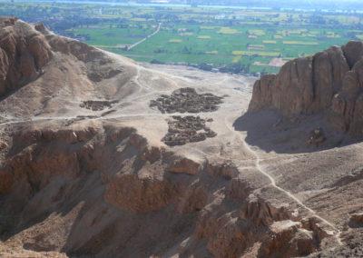 Casas levantadas en lo alto de la montaña por los artesanos encargados de construir y decorar las tumbas del Valle de los Reyes