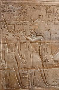 El dios Atum lleva de la mano a Alejandro Magno
