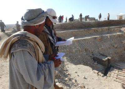 El Inspector Ahmed y el rais Ali repasan la lista de trabajadores.