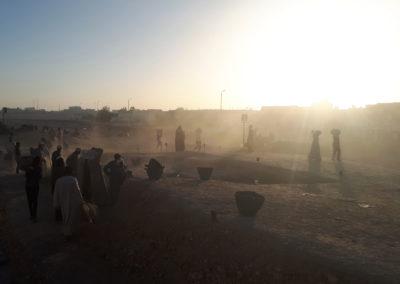 Los primeros rayos del sol iluminan el yacimiento y animan el comienzo de la excavación.