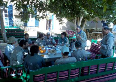 Desayuno de media mañana en el patio del Marsam.