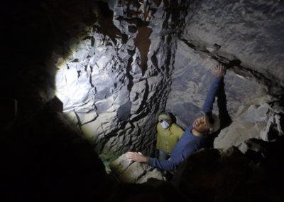 El inspector Ahmed desciende por el pozo para ver a Salima y Yuma excavando una de las cámaras sepulcrales.