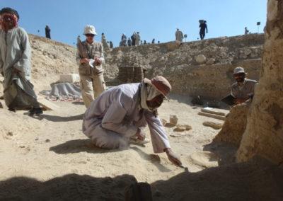 Gamal excava entre el jardín y la entrada a la tumba de la dinastía XII que excava Carlos.