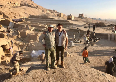 El mudir y su hijo David en la excavación.
