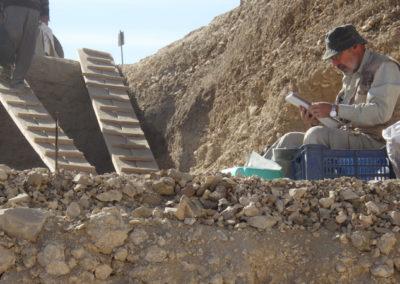 José Miguel tomando notas en su área de excavación.