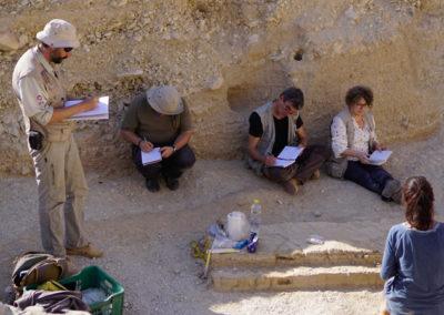 David, Sebas, Sergio, Teresa y Sole realizan el estudio geológico del área circundante al jardín.