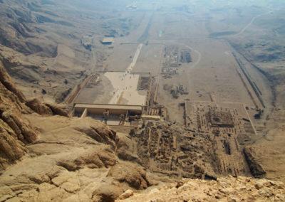 Vista del valle de Deir el-Bahari desde arriba de la montaña.