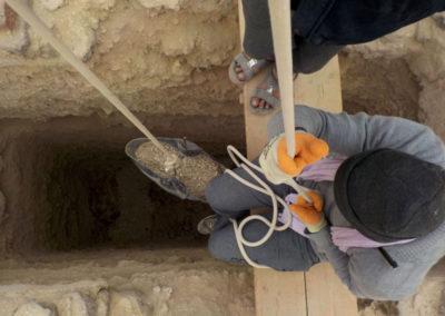 Hisham manipula la polea del pozo que excava Carlos.