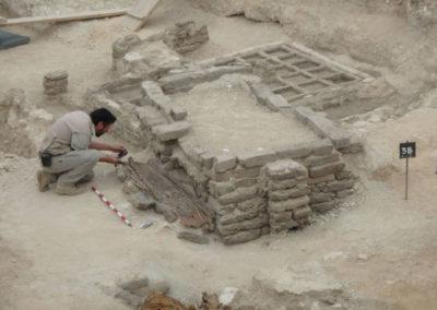 David excava una estera junto a uno de los pozos de la dinastía XVII.