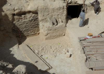 Excavación del patio de entrada a las tumbas de la dinastía XII, junto al jardín, que permanece todavía cubierto.
