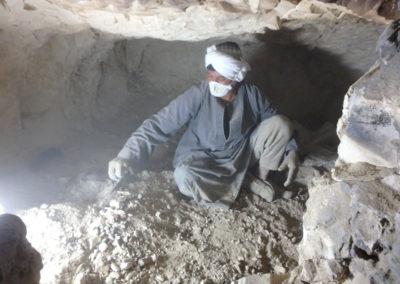 Yuma excava con Salima el último estrato que cubre el suelo de la cámara.