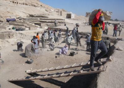 Excavación en el área delante del jardín y del Sector 10.