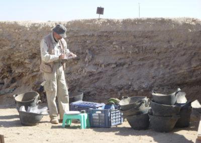 José Miguel toma notas de su área de excavación al final de la jornada.