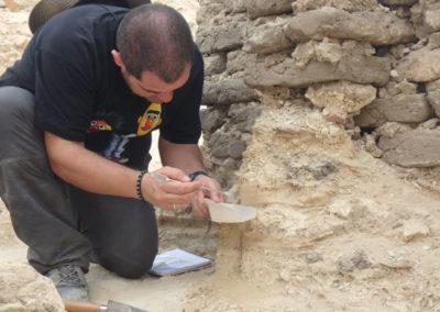 Sebas toma muestras de los estratos de arena para luego ver si se conserva polen.