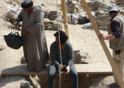 Carlos supervisa la excavación del pozo.