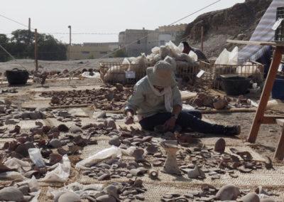 Los fragmentos de cerámica va creciendo sobre las esteras y alrededor de Bettina y Zulema.