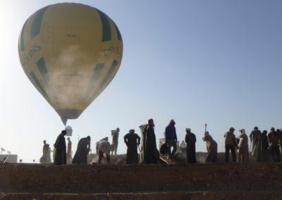 Uno de los globos que ha despegado hoy casi se lleva volando a los trabajadores de David y José Miguel.
