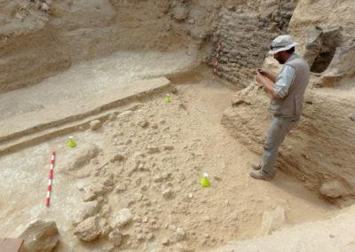 David prepara con Angie la realización de fotogrametrías del nuevo estrato de piedras que están sacando a la luz por debajo del nivel de arena aluvial.