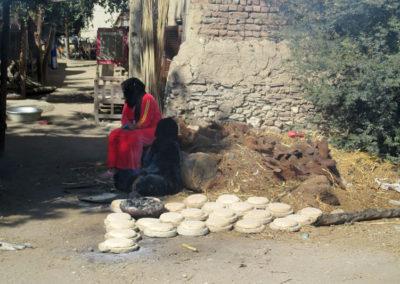 Haciendo pan en la aldea junto al hotel.