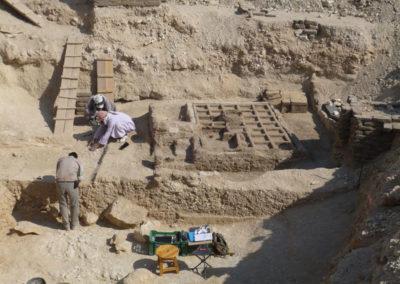 Excavación junto al jardín funerario.