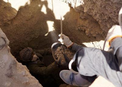 Ibrahim excava el pozo bajo la supervisión de Carlos.