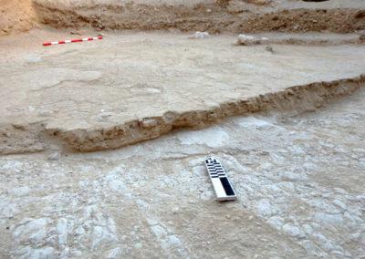 Estrato de arena aluvial sobre la roca del suelo, consecuencia de más de una lluvia torrencial.