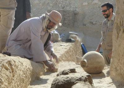 Gamal limpia un pavimento sobre el que descansaba una vasija que levantamos el año pasado.