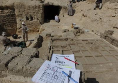 Angie, David y Gamal excavan minuciosamente el área entre el jardín y la entrada a la tumba.