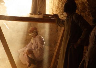 El rais Ali entra en la tumba de Carlos por la pasarela que hemos instalado hoy.