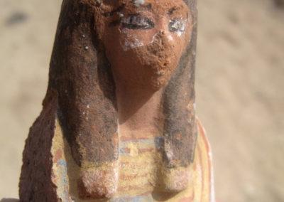 Mitad superior de uno de los muchos shabtis de comienzos de la dinastía XIX hallados en la zona de José Miguel.