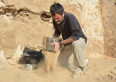 Guillem criba la tierra que contenía una jarra de la dinastía XXI para estudiar los restos botánicos conservados en ella.
