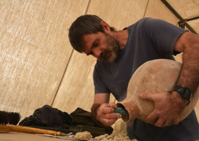 Guillem vacía una jarra hallada junto a la entrada de la gran tumba de la dinastía XII.