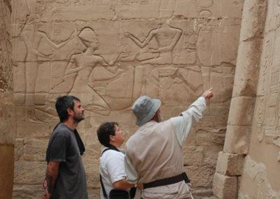 José Miguel explica detalles del templo de Karnak.