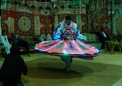 Espectáculo de luz y color con una danza tradicional. Espectáculo de luz y color con una danza tradicional.