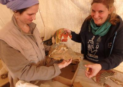 """Lucía y Charlotte siguen uniendo fragmentos de """"cajas de momia"""" de cartonaje pintado."""
