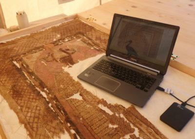 Pía y David revisan los dos linos decorados con la figura de Osiris. Hallados el año pasado.