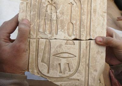 El fragmento pega con otro que hallamos hace dos años y completa un cartucho de la reina Ahmes-Nefertari, de comienzos de la dinastía XVIII.
