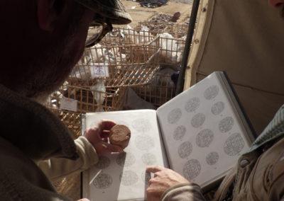 Curro y José Miguel identifican algunos conos funerarios hallados hoy acudiendo al repertorio de Davies & Macadam.