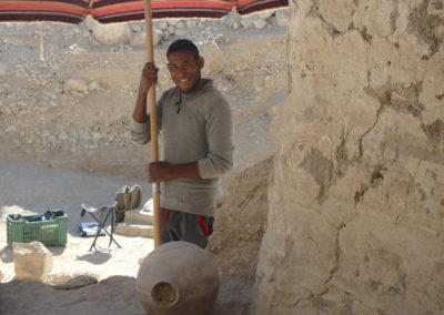 Hisham da sombra a la entrada de la tumba para que Pito fotografíe detalles de la estratigrafía.