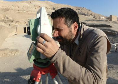 David manejando la estación total que nos ha prestado Leica Geosystems.
