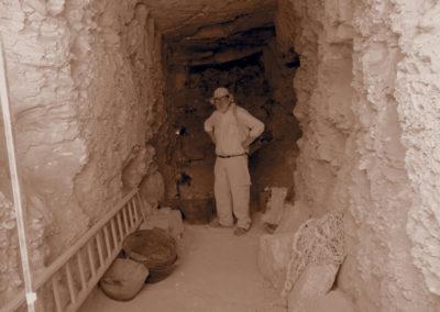 Carlos en su tumba antes del saneamiento del techo.