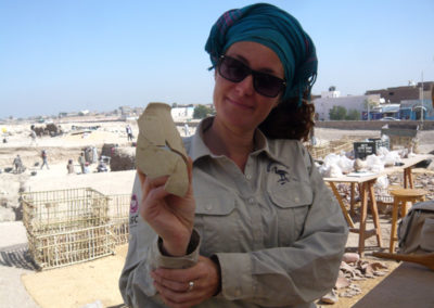 Zulema recompone la cerámica hallada sobre el suelo de la tumba que excava cisco.