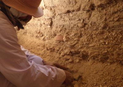 Gamal perfila por dentro el cerramiento de la tumba para entender por qué los adobes no llegan hasta el suelo.