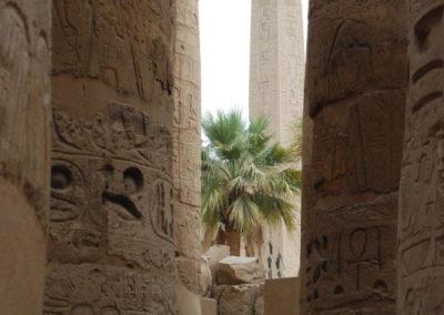 Obelisco de Hatshepsut visto desde la sala hipóstila.