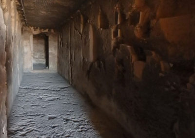 Primer rayo de luz que recorre el pasillo central de la tumba de Djehuty.