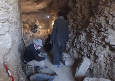 Carlos controla la excavación del interior de la tumba a la que se asocia el jardín.