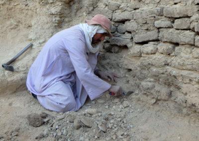 Gamal, uno de los afortunados y sí excava con palaustrín, concentrado siempre en su trabajo.